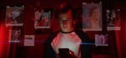 Junge hängt am Smartphone
