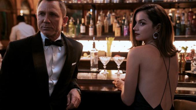 James Bond in weiblicher Begleitung beim Martini.